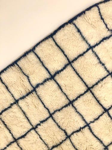 Tapis berbère marocain M'rirt à carreaux bleu majorette 1,48x1,07m