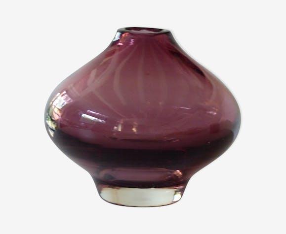 Vase en verre soufflé de couleur aubergine signé Riihimaen ...