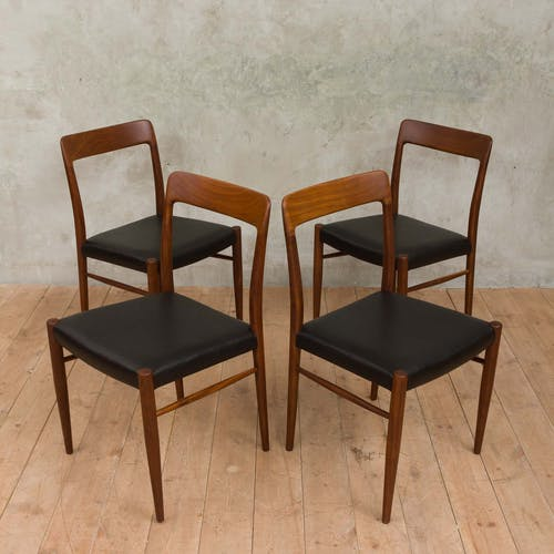 Ensemble de quatre chaises en teck massifat. à Arne Vodder