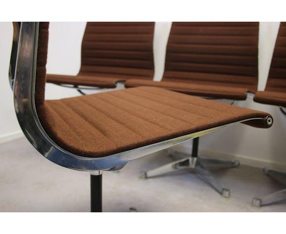 Table, fauteuils et chaises par Charles & Ray Eames et Herman Miller