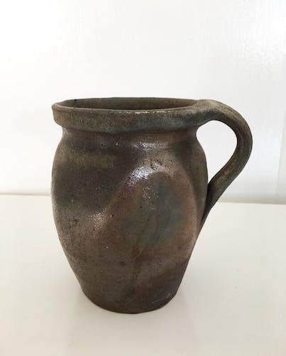 Ancien pot en terre cuite avec anse