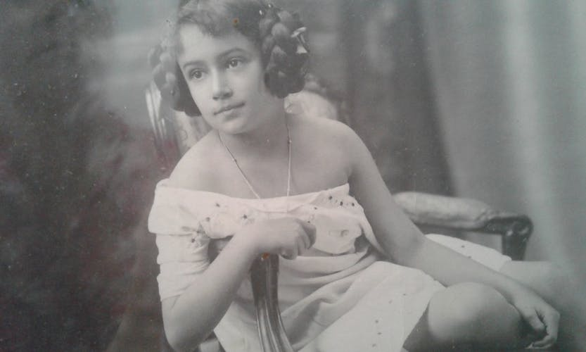 Photo ancienne jeune demoiselle assise