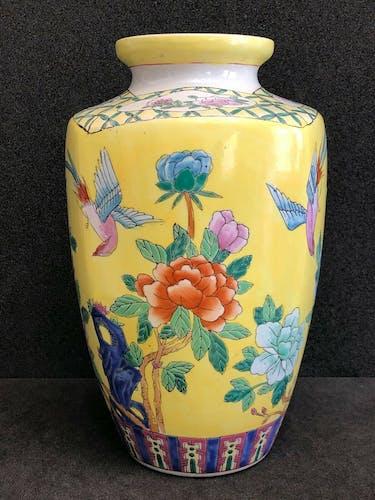 Vase en porcelaine et émaux flore et oiseaux sur fond jaune XIXe China
