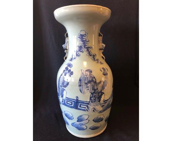 Vase balustre en porcelaine blanc bleu sous couverte céladon XIXe 42,8 cm