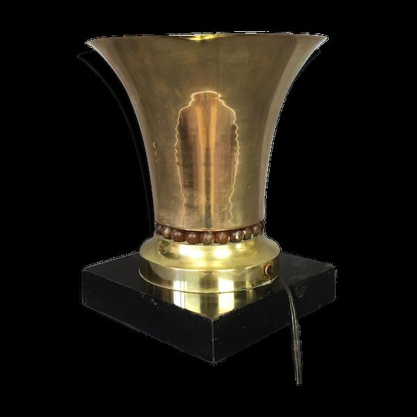 Lampe tronconique en métal reposant sur son socle en marbre noir