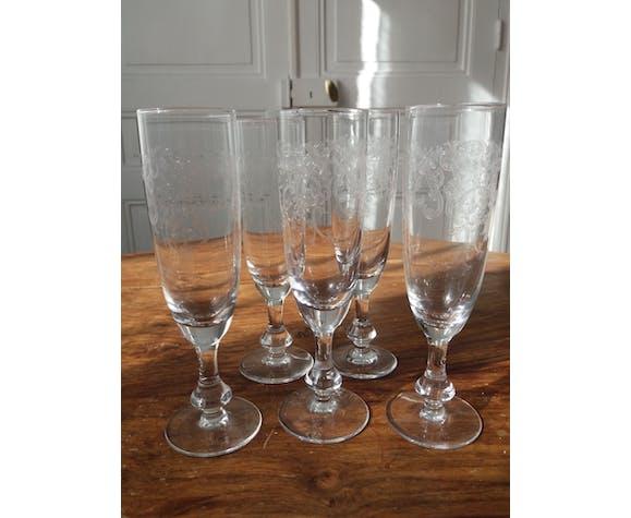 Suite de 5 flutes à champagne anciennes en cristal gravé