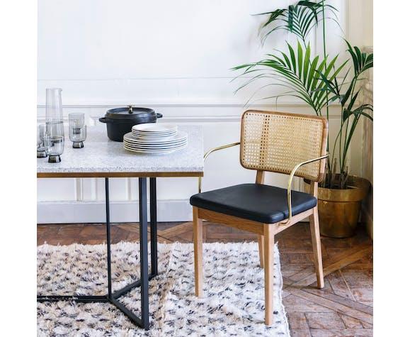 Chaise cannage bois clair avec accoudoirs cuir noir