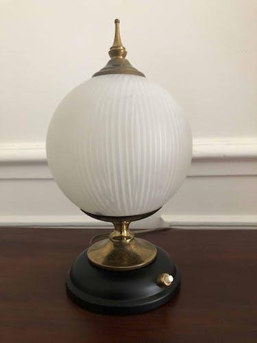 Lampe des années 50 en laiton et verrerie striée