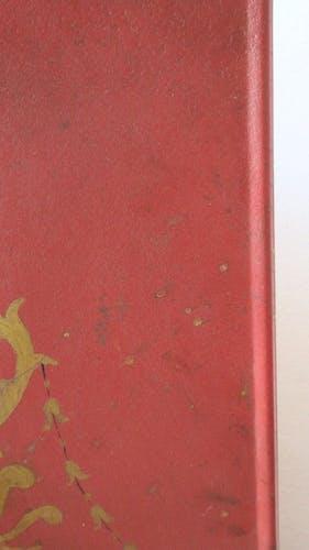 Pare-feu peint en rouge avec des décorations peintes en or