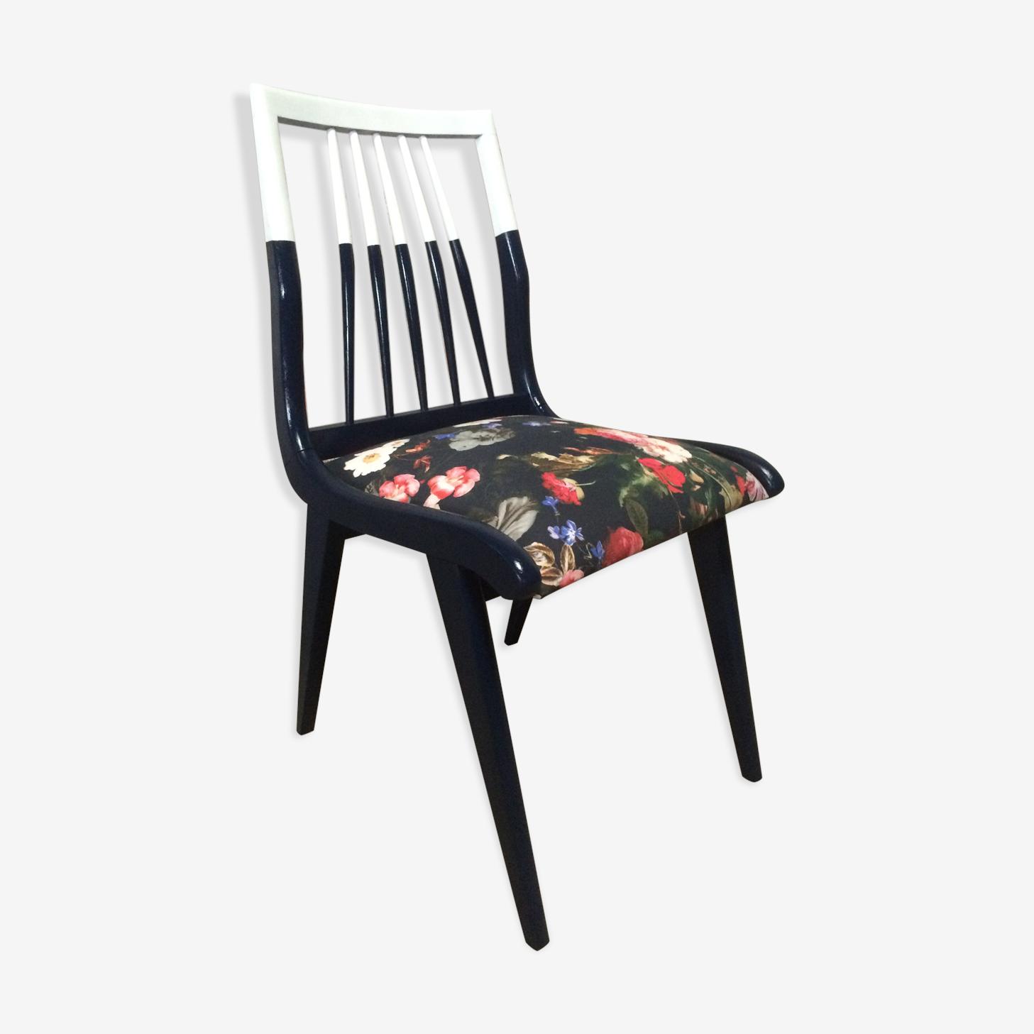 Chaise scandinave à barreaux bleu nuit et blanc et tissu fleuri avec pieds compas