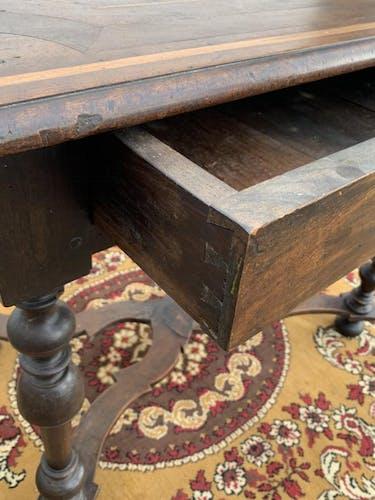 Table de milieu en noyer d'époque Louis XIV