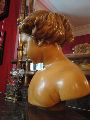 Buste de jeune fille en cire fin XIXème signé sur socle bois