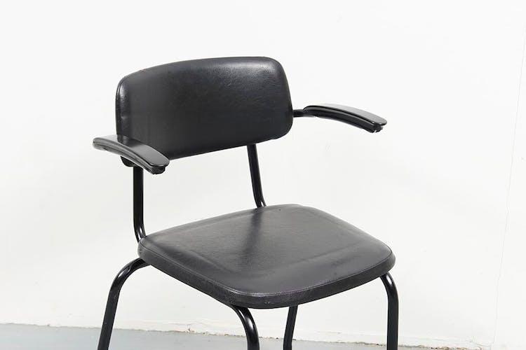 Chaises Ahrend et accoudoirs en skaï noir
