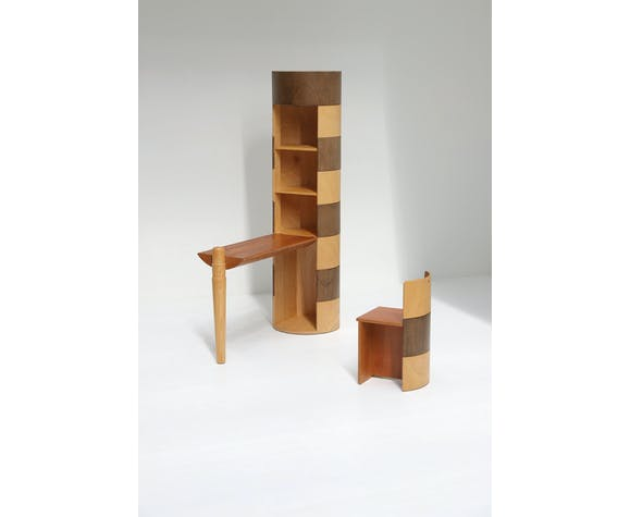 Totem décoratif avec bureau et chaise cachés