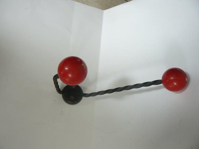 Patère double en métal noir et boules bois rouge