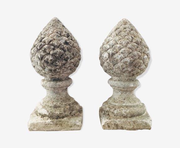 Paire de pommes de pin en pierre