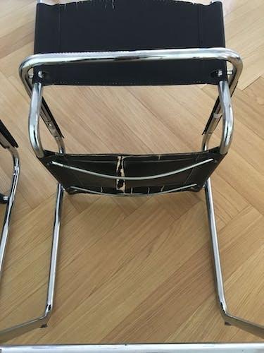 Lot 2 fauteuils en cuir et chrome