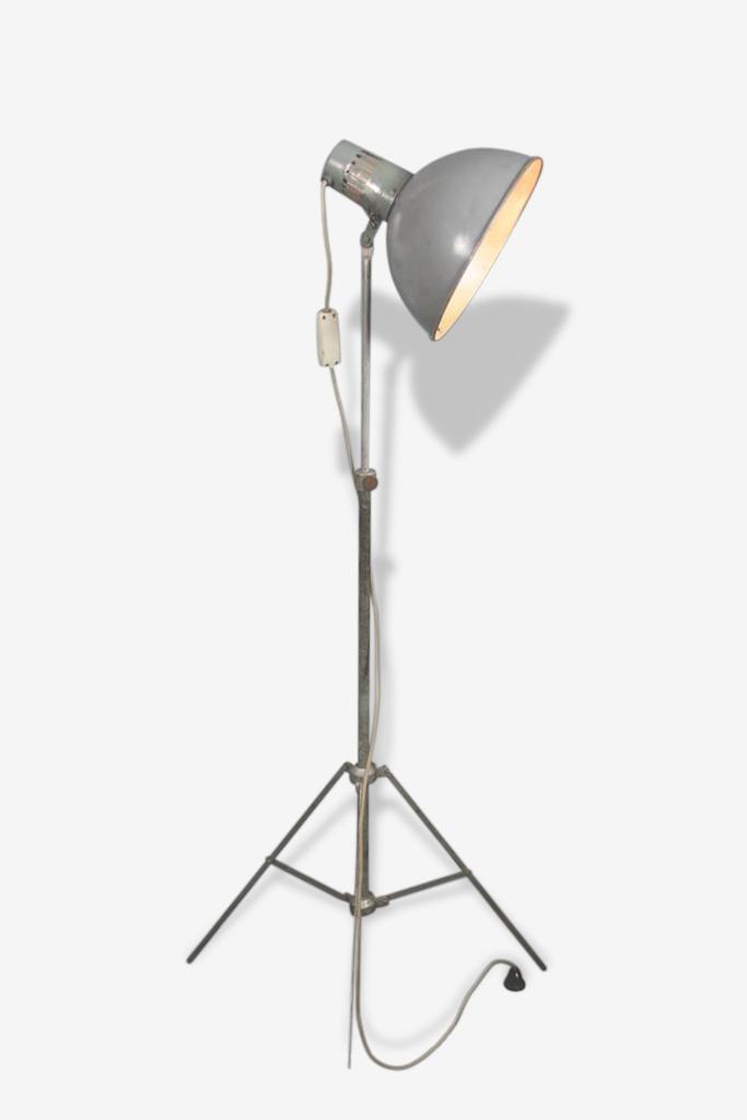 Authentique lampadaire d'atelier gris industriel