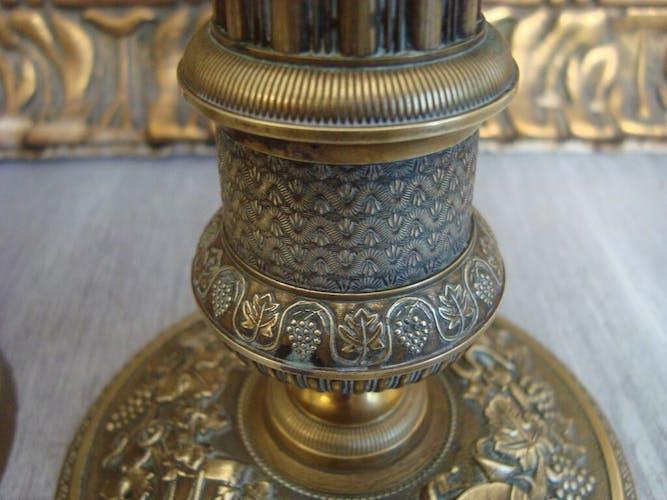 Paire de bougeoirs anciens en laiton décorés avec des motifs de instruments de musique et vignes