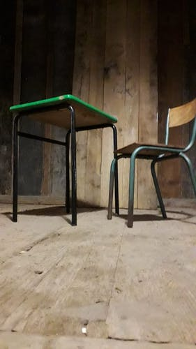 Pupitre d'écolier vert avec chaise