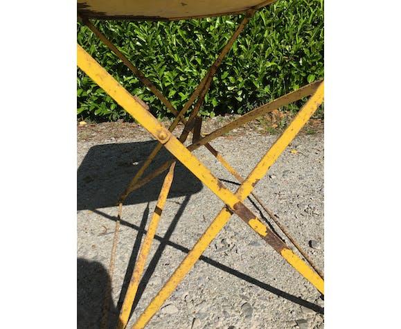 Table de jardin pliante jaune en métal