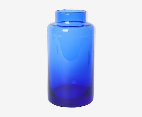 Vase en verre bleu dégradé plus clair en haut