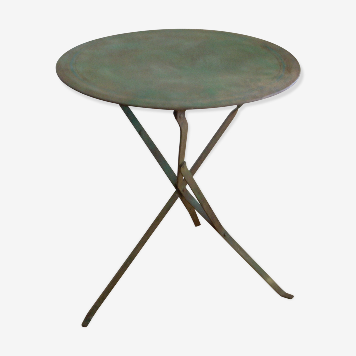 Round table in painted metal