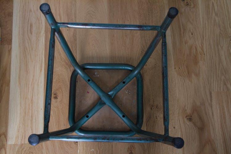 Tabouret d'école en métal et bois style industriel