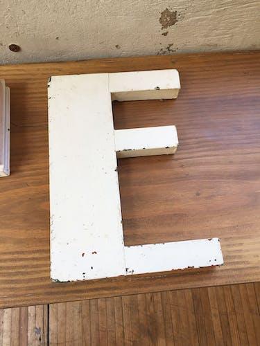 Lettre E enseigne bois années 30