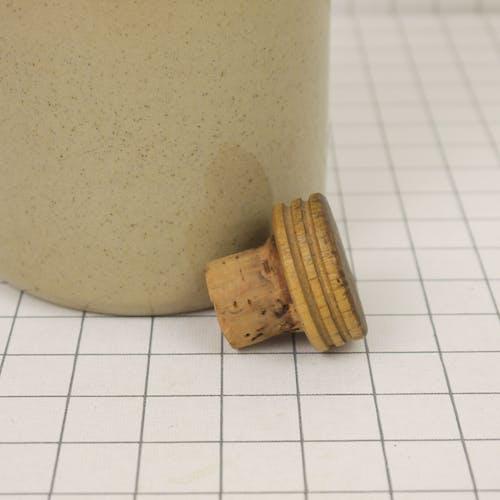 Bouteille en grès avec bouchon en bois