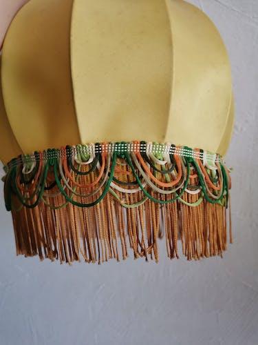 Suspension en tissu jaune à franges