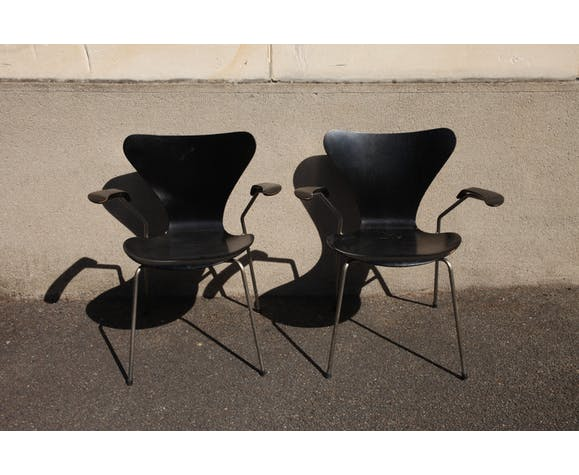Paire de chaises Series 7 noires Jacobsen avec accoudoirs