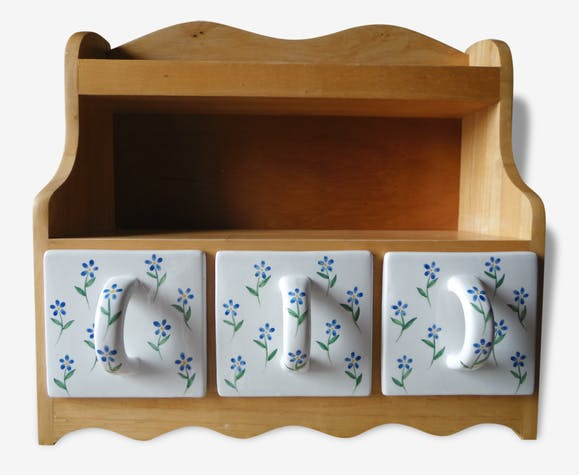 etag re de cuisine a tiroir tag re pices en bois clair et tiroirs ceramique fleurs bleues. Black Bedroom Furniture Sets. Home Design Ideas