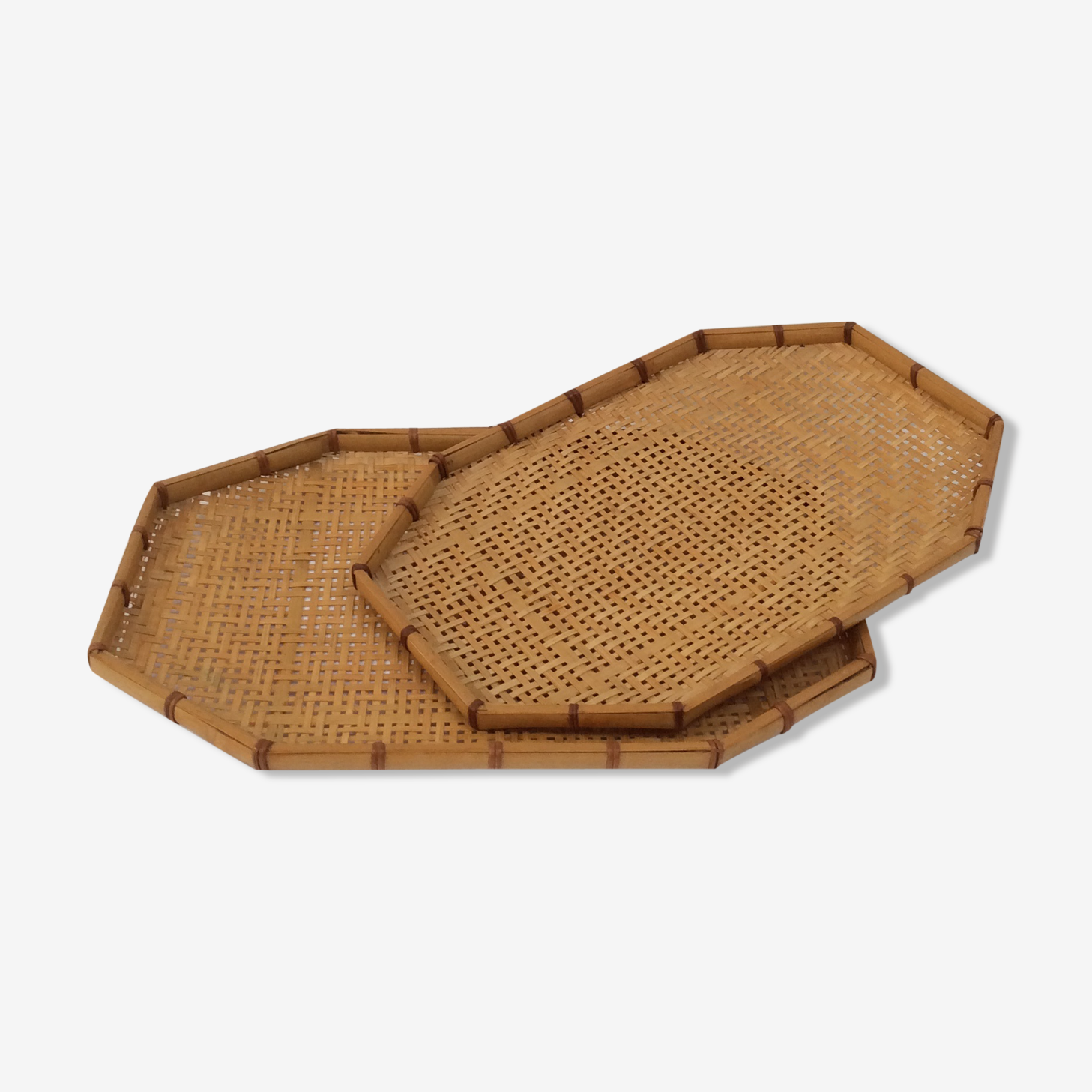 Pull-out trays in braided rattan duo