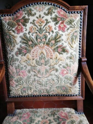 Fauteuil d'époque classique à la tapisserie à fleurs