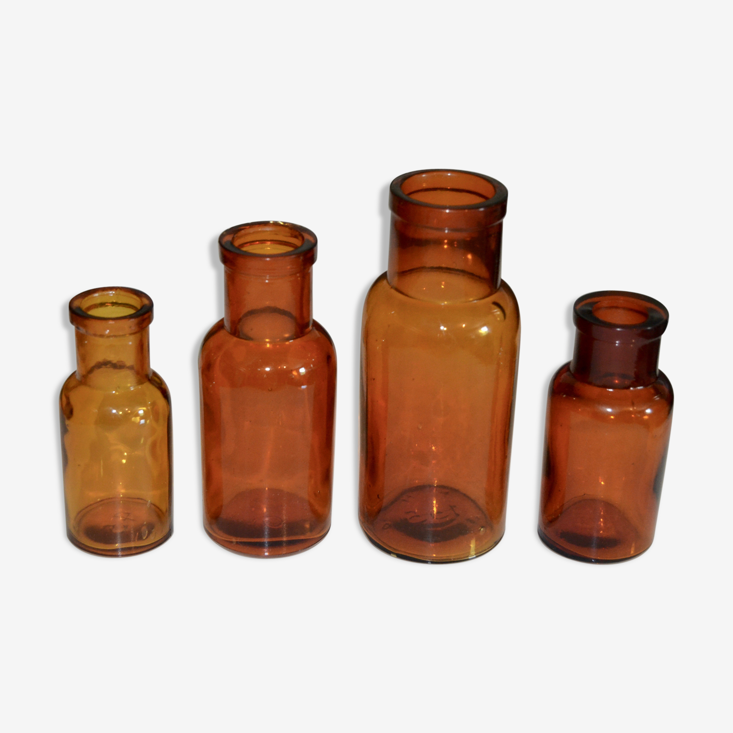Suite de quatre vases soliflore flacons bouteilles d'apothicaire