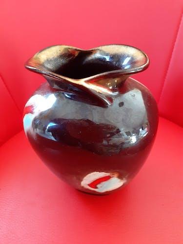 Vase en grès émaillè allemand des annèes 50 multicolore à fond marron.