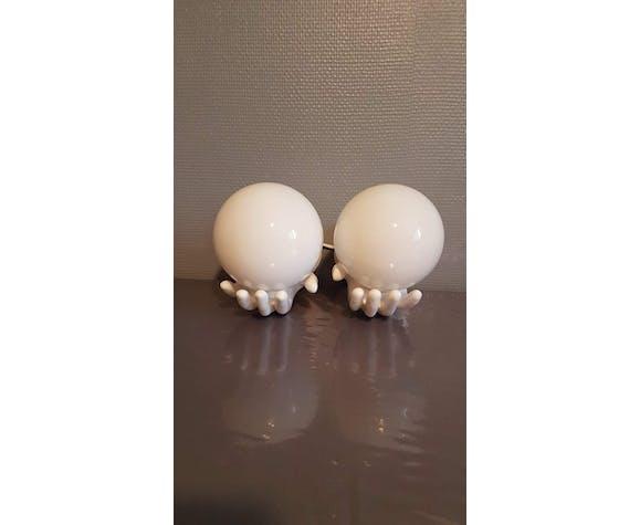 Paire d'appliques mains en céramique blanche et globes opaline blanche