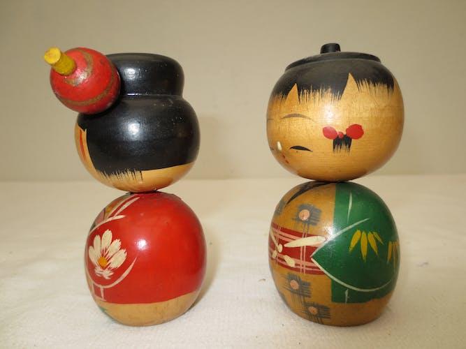 Couple de poupées japonaises en bois peint