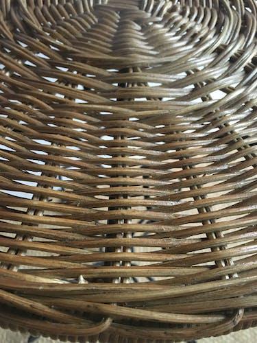 Guéridon en métal noir fer forgé plateau rotin vintage