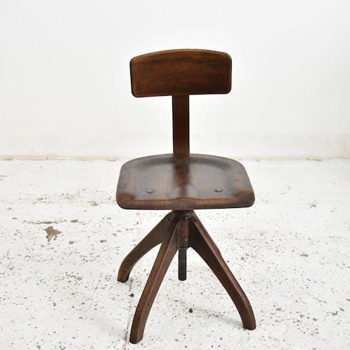 Chaise pivotante Ama Elastik en bois foncé