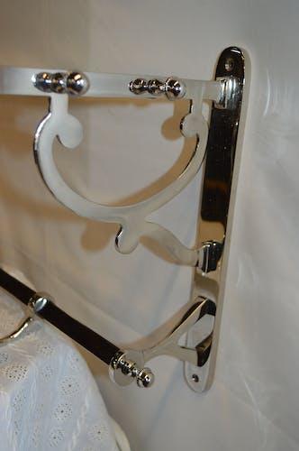 Porte manteau avec un porte chapeau en fer chromé