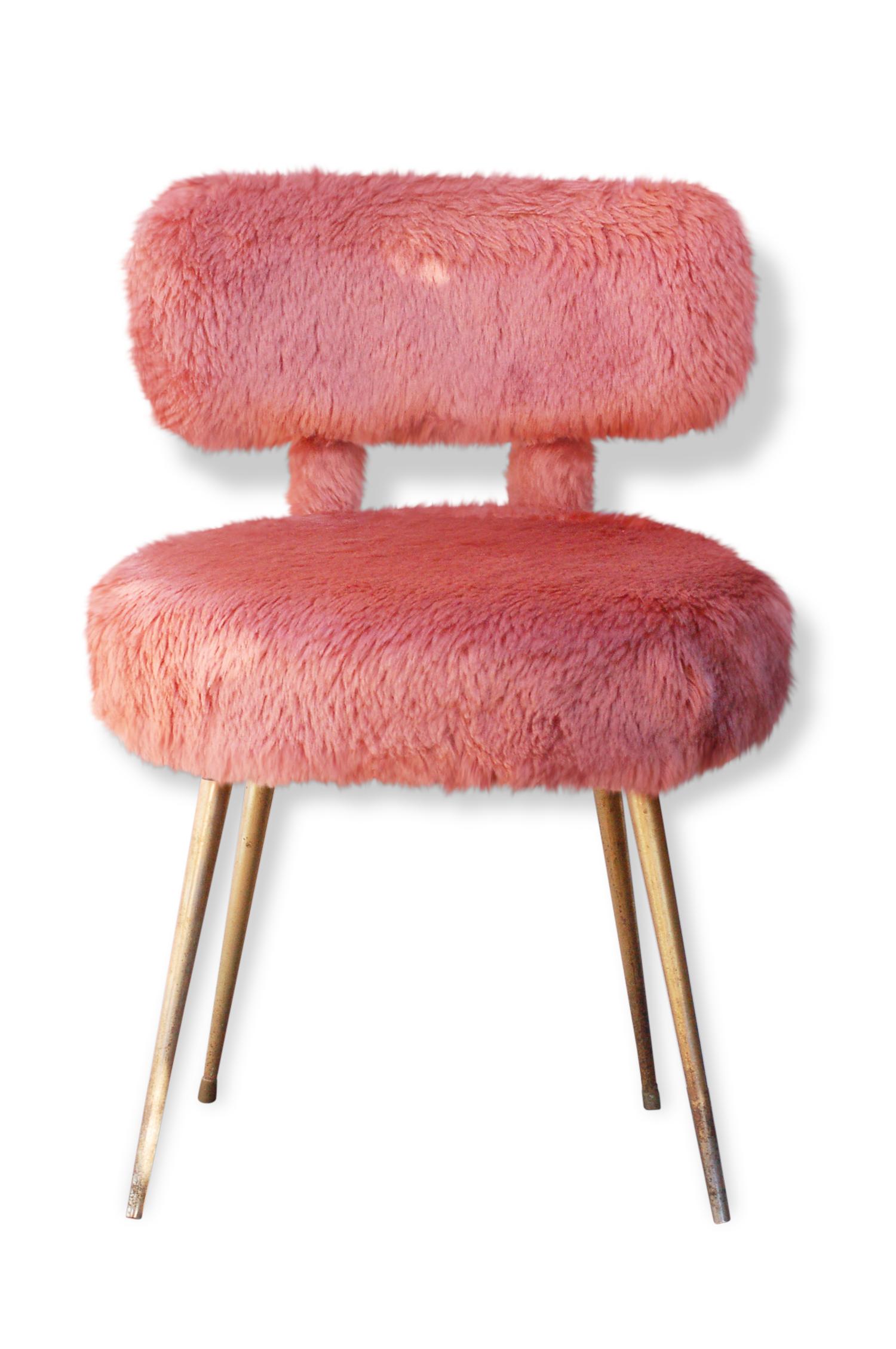 Chaise moumoute rose.