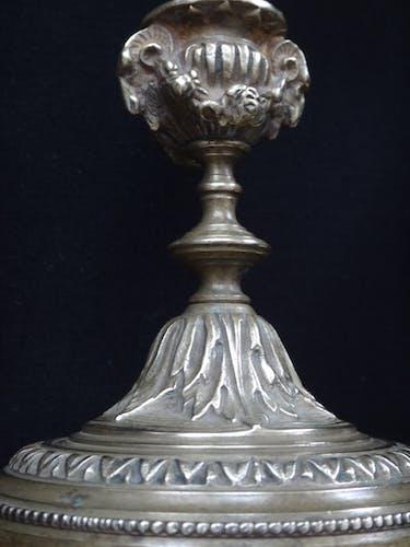 Paire de bougeoirs aux béliers en bronze doré style Louis XVI fin XIXème