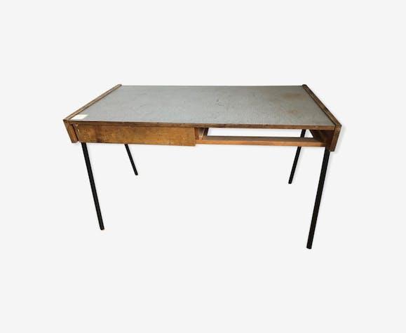 Bureau plat, en bois naturel, ouvrant par un tiroir et un casier dans la ceinture