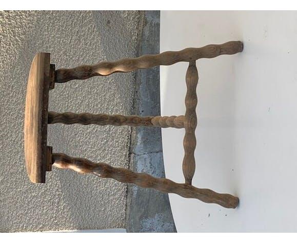 Tabouret tripode artisanal en bois tourné, assise demi lune vintage