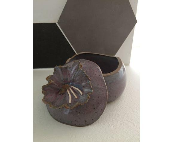 Pot couvert en céramique signé V.V.