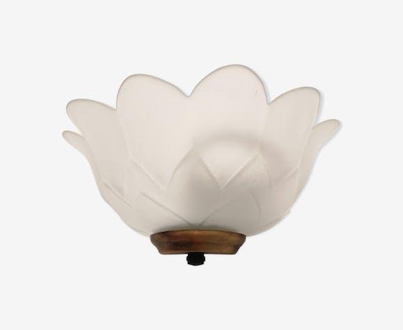 Applique en verre moulé en forme de fleur.