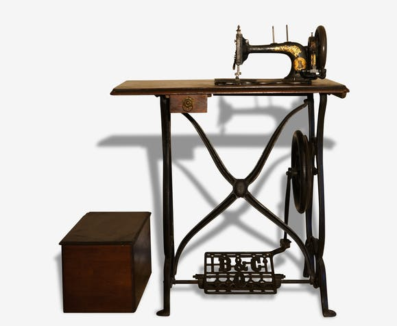 Machine à coudre Bradbury avec table datant de 1890