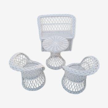Salon blanc en rotin pour enfants avec  fauteuils banquette coffre et table